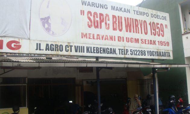 Sego Pecel ( SGPC ) Bu Wiryo Sego Pecel SGPC Bu Wiryo merupakan tempat kuliner sego pecel yang sangat terkenal di Yogyakarta.Letaknya terletak di jl Selokan Mataram, tepatnya di seberang Fak peternakan UGM. SGPC Bu Wiryo buka setiap hari pukul 07:30 - 20:30 Keunggulan dari SGPC bu Wiryo ini rasa bumbu pecelnya yang memiliki perpaduan manis dan pedas yang pas. Untuk lauknya tersedia tempe,tahu,kerupuk gendar, kerupuk aci, teloe ceplok,bakwan dan sebagainya