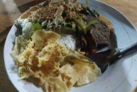 Pecel Rawon Warung Pojok Moro Seneng Pecel Rawon Warung Pojok Moro Seneng merupakan salah satu tempat kuliner di Surabaya yang buka malam hari yaitu buka jam 21:00 sampai 03:00. Pecel Rawon merupakan perpaduan antara makanan pecel yang dicampur dengan kuah rawon yang enak dan segar, anda harus mencobanya di Warung Pojok Moro seneng ini. Selain Pecel Rawon juga ada menu yang lainnya seperti nasi rawon, nasi pecel , nasi campur dengan pilihan lauk ada ayam ada empal dan lainnya. Warung Pojok Moro seneng ini merupakan warung kaki lima yang letaknya dipinggir jalan depan toko yang sudah tutup. Kita menikmati pecel rawon atau makanan lainnya di warung ini dengan duduk lesehan. Meski letaknya dipinggir jalan, warung pojok moro seneng ini tak pernah sepi dari pengunjung. Alamat Warung Pojok Moro Seneng : Jl. Pucang Anom No 17, Gubeng, Surabaya. Untuk menuju ke Waruk pojok Moro Seneng, apabila anda sedang berada di dekat stasiun Gubeng atau sekitar Universitas Airlangga , Anda bisa ke arah selatan melalui jalan dharmawangsa sampai ketemu jalan pucang anom yang berada di kecamatan Gubeng juga. Warung Pojok Moro Seneng berada di samping Pasar Pucang Anom Surabaya.